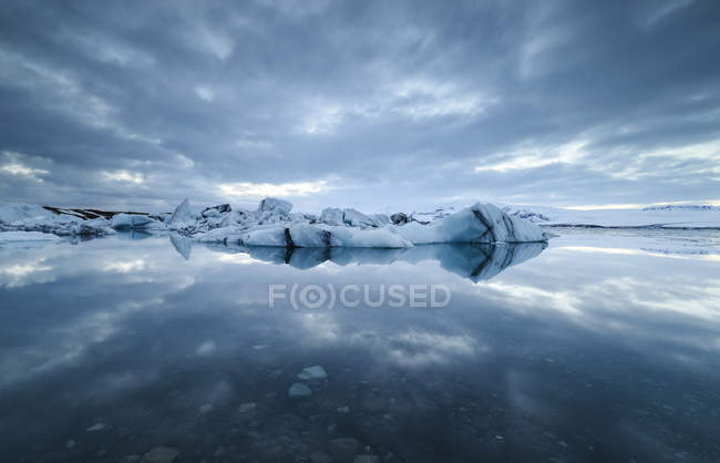 Jokulsarlon glacial lake with ice and reflections — Stock Photo