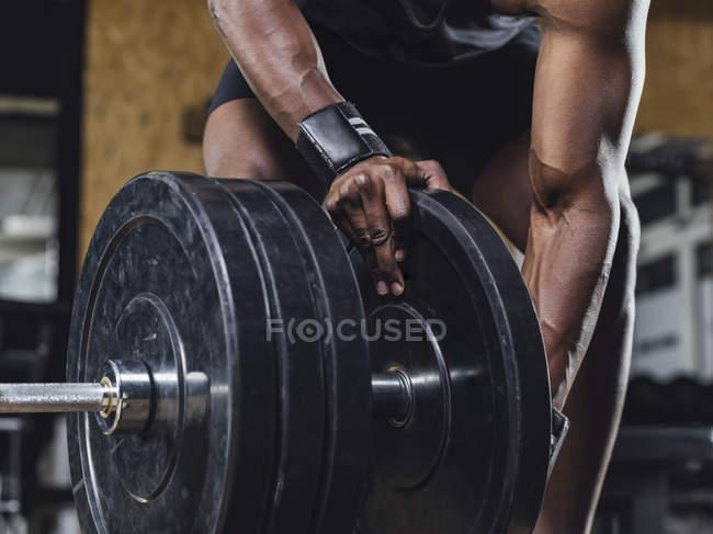 Atleta que se prepara para hacer levantamiento de pesas - foto de stock