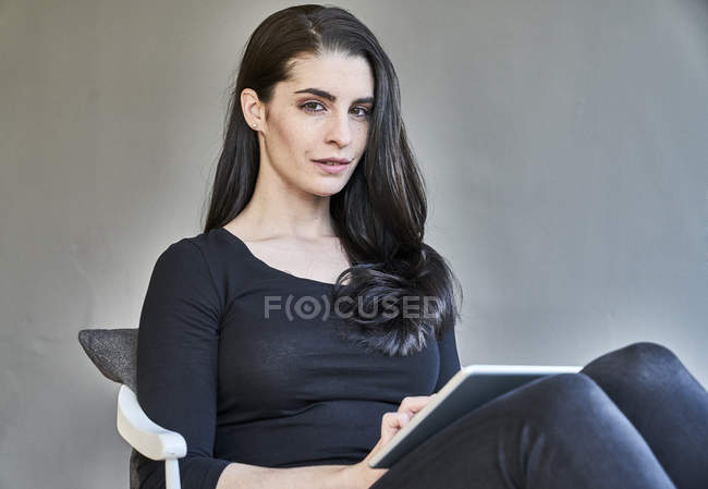 Woman sitting using tablet — Stock Photo