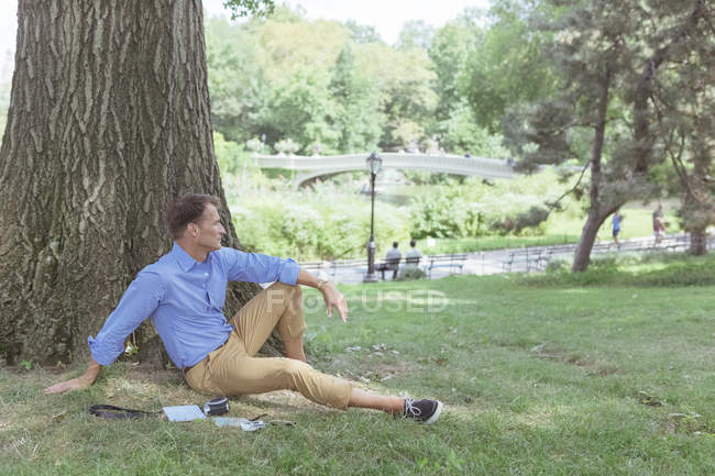 Man relaxing in park — Stock Photo