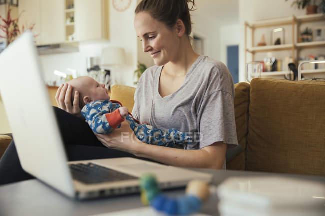 Mutter mit neugeborenem Baby — Stockfoto