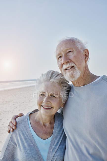 Souriant couple aîné sur la plage — Photo de stock