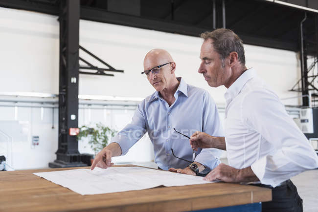 Businessmen discussing plan on table — Stock Photo