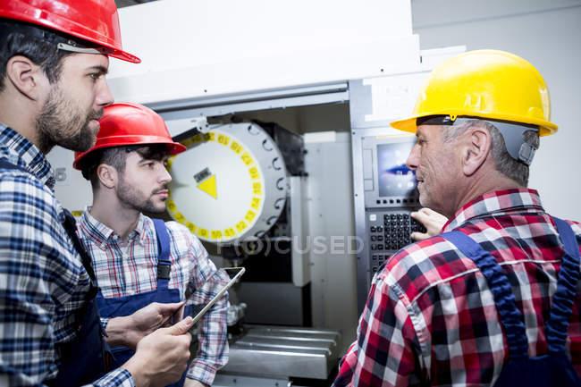 Mitarbeiter im Werk in CNC-Maschine — Stockfoto
