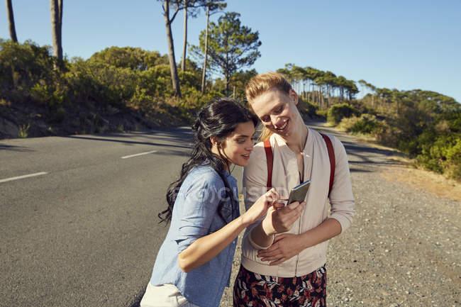 Женщины с мобильным телефоном в поездке — стоковое фото