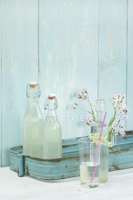 Sirope de flor de saúco casero - foto de stock