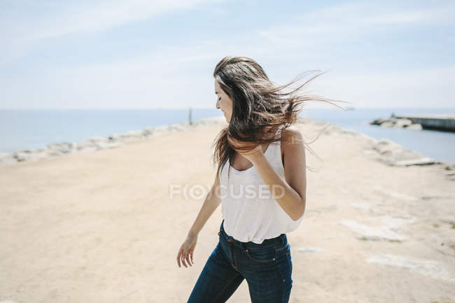 Young woman standing on beach — Stock Photo