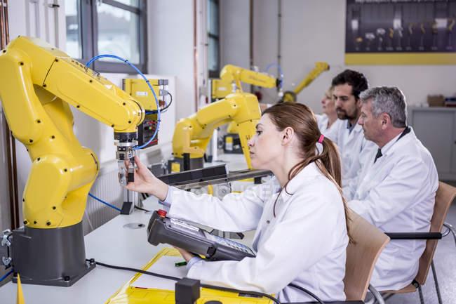 Ingenieure untersuchen Industrieroboter — Stockfoto