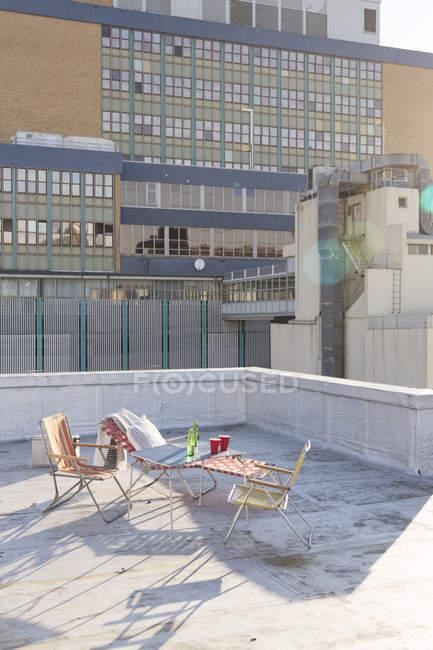 Mesa com cadeiras dobráveis no telhado — Fotografia de Stock