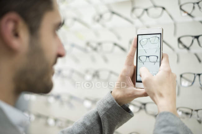 Man taking photos of glasses — Stock Photo