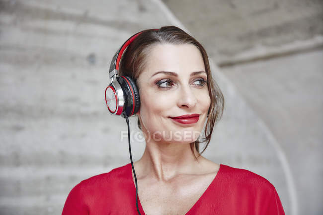 Woman listening to music with headphones — Stock Photo