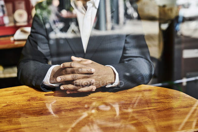 Homme d'affaires avec les mains sur la table — Photo de stock