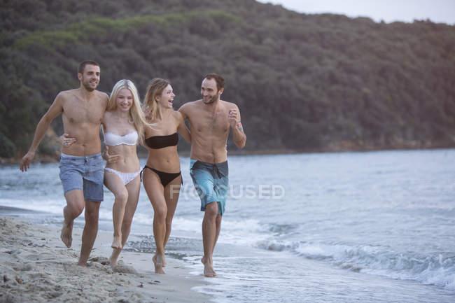 Happy friends on the beach — Stock Photo