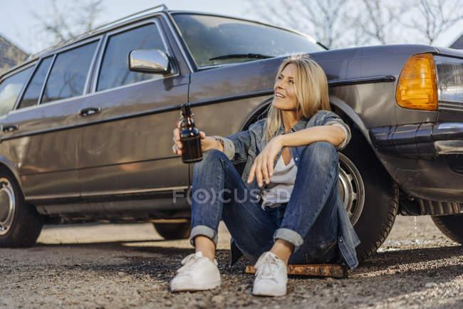 Mujer bebiendo cerveza - foto de stock