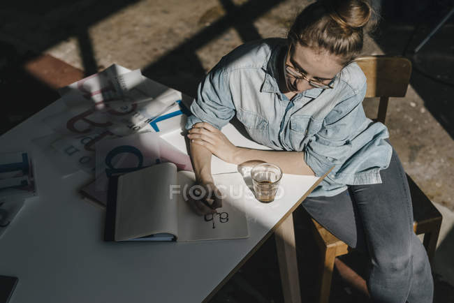Woman working on letter templates — Stock Photo