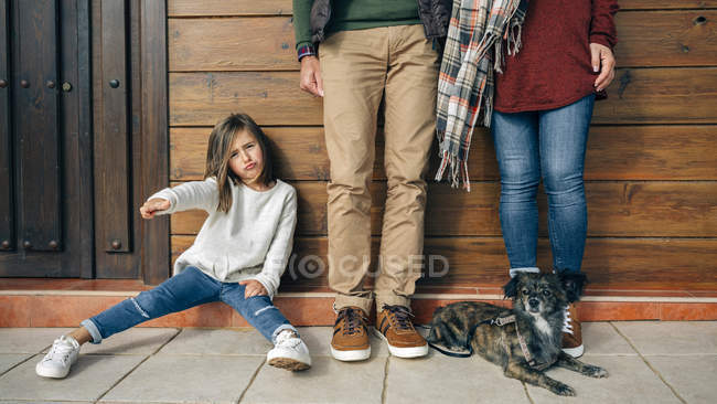 Girl gesturing with parents and dog — Stock Photo