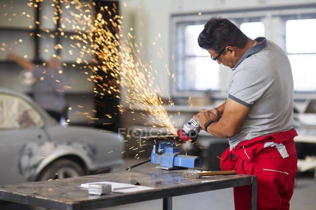 Mécanicien utilisant meuleuse d'angle — Photo de stock