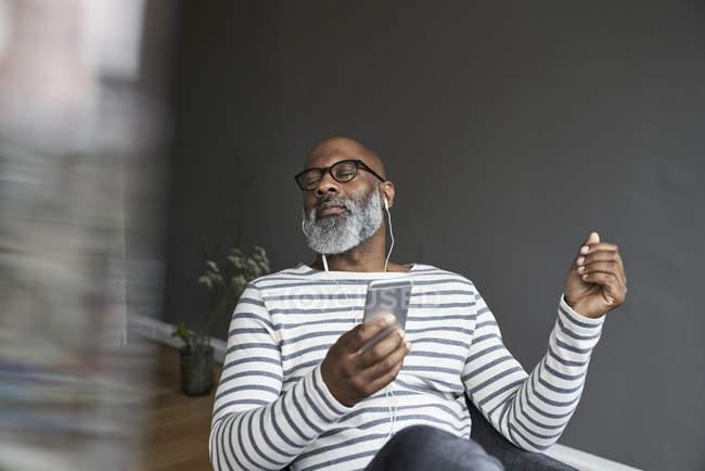 Maduro homem usando inteligente telefone — Fotografia de Stock