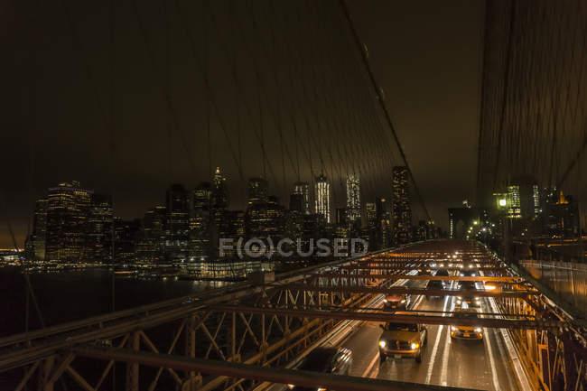 Traffico sul ponte di notte — Foto stock