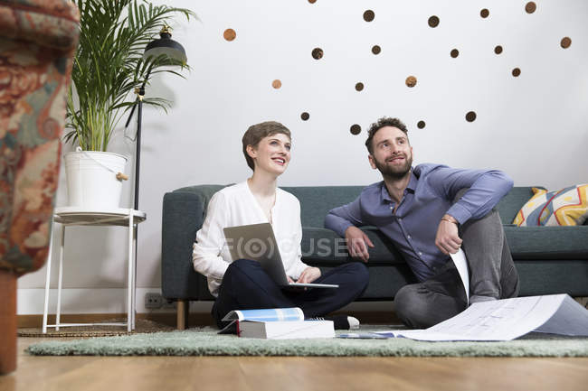 Colleagues working on project — Stock Photo
