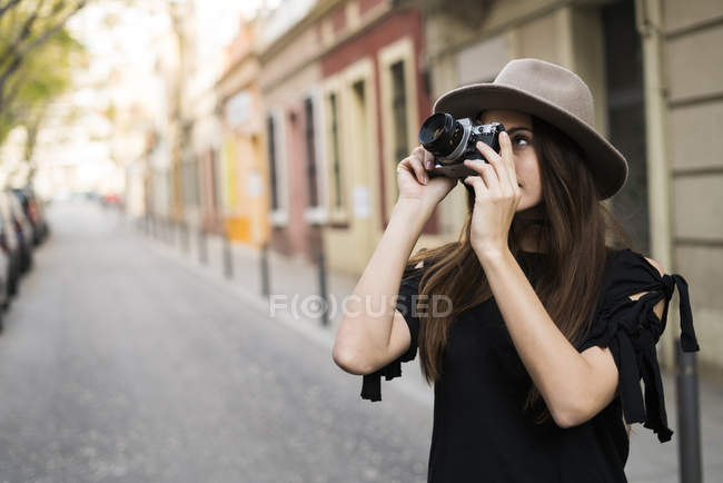 Woman taking pictures — Stock Photo