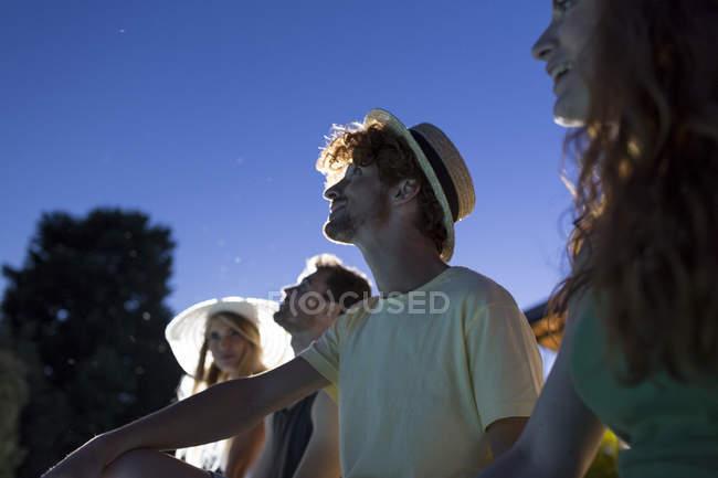 Amigos, vendo o céu estrelado — Fotografia de Stock