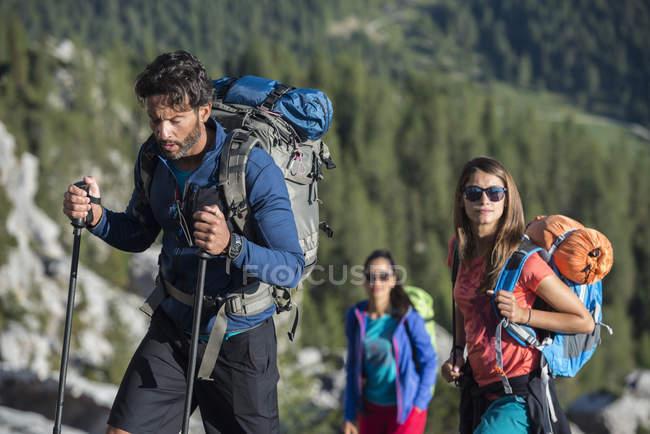 Amigos trekking en las montañas Dolomtes - foto de stock