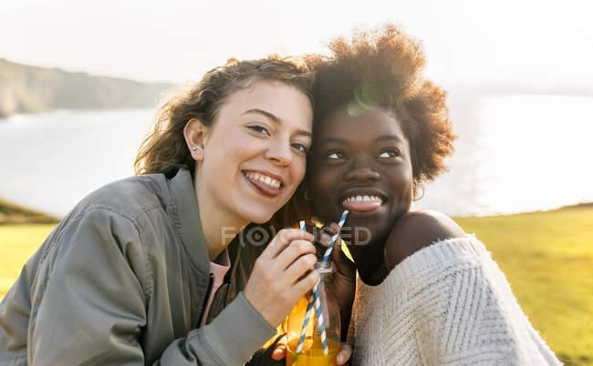 Amici che bevono succo d'arancia — Foto stock