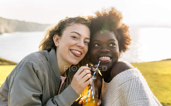 Freunde trinken Orangensaft — Stockfoto