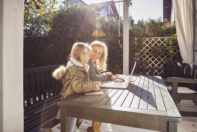 Mère et fille utilisant un ordinateur portable — Photo de stock