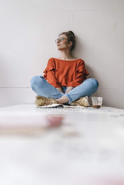 Жінка, сидячи на таблиці мислення — стокове фото