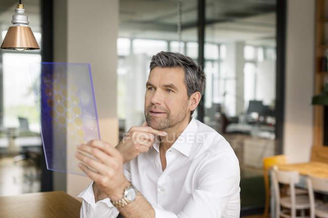 Homme d'affaires à l'aide de dispositif portatif — Photo de stock