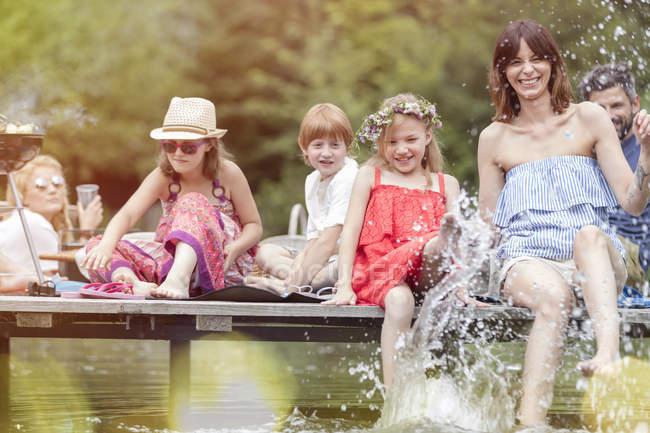 Famiglia caucasica felice divertendosi in un lago — Foto stock