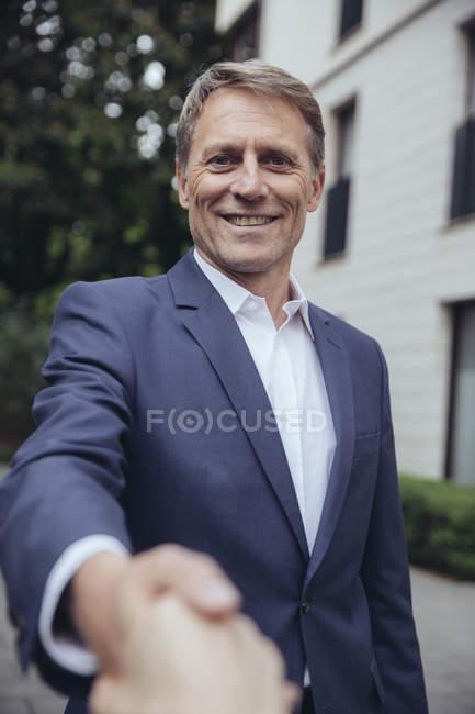 Зрілі бізнесмен рукостискань — стокове фото