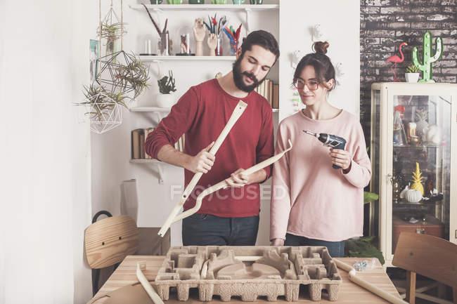 Paar baut flachen Packhocker zusammen — Stockfoto