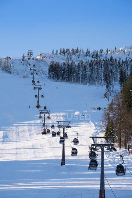 Лыжный лифт в Солнечный зимний день — стоковое фото