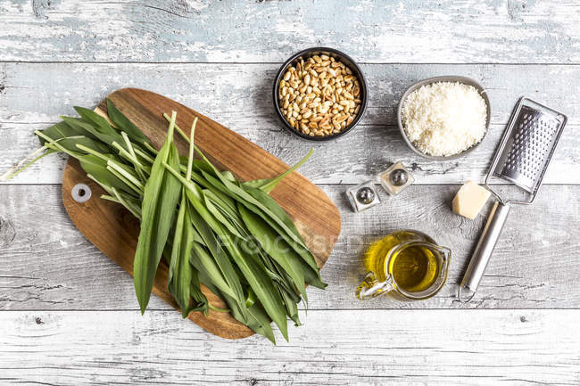Ingredients for cooking ramson pesto — Stock Photo