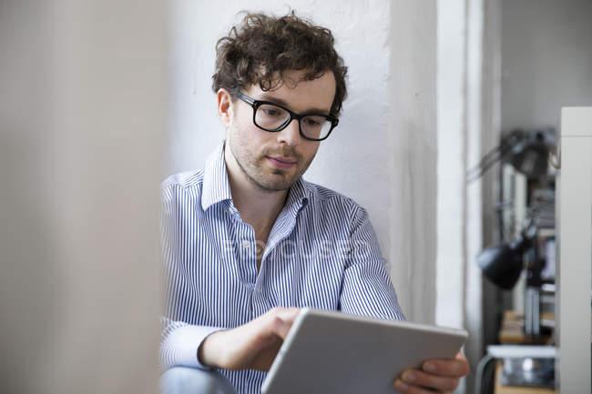 Mann, die Tabletts — Stockfoto