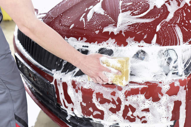 Man cleaning car — Stock Photo