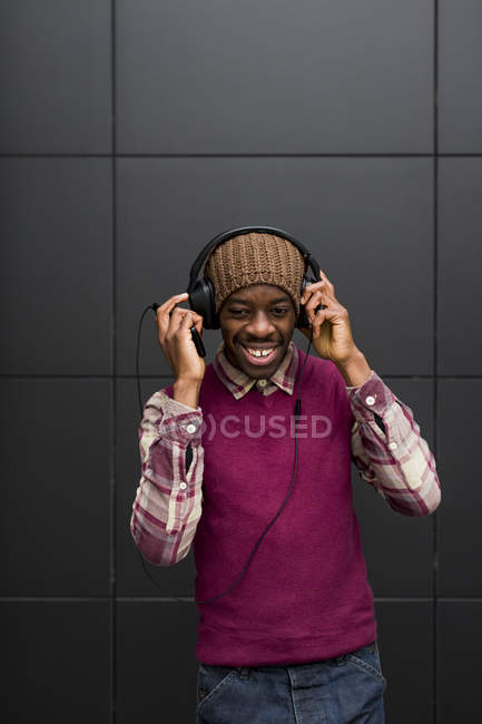 Man listening music with headphones — Stock Photo