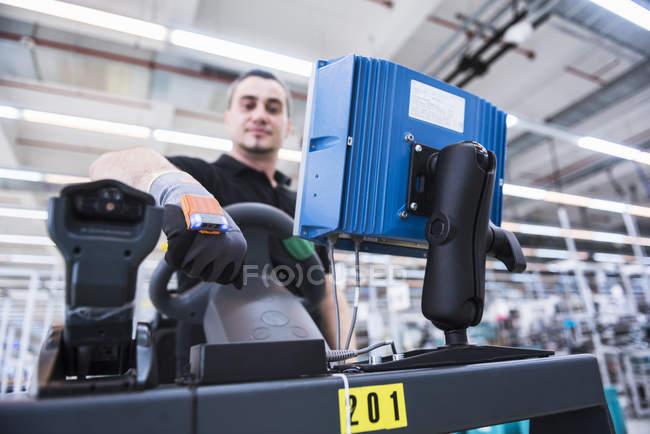 El hombre en el tren remolcador en fábrica - foto de stock