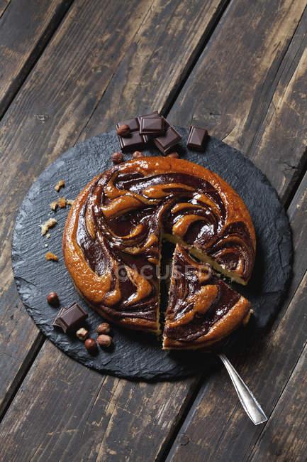 Schokoladenkuchen auf Schiefer Teller — Stockfoto