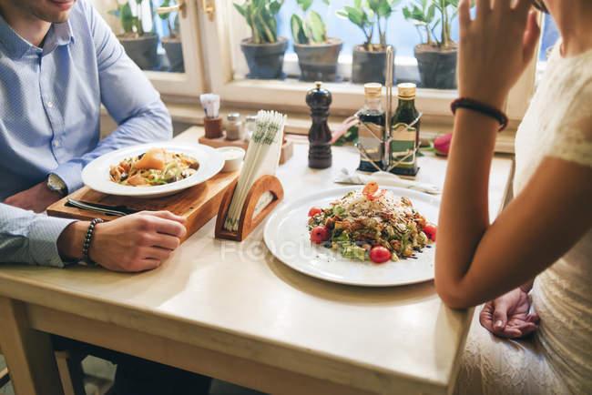 Paar beim Abendessen im Restaurant — Stockfoto