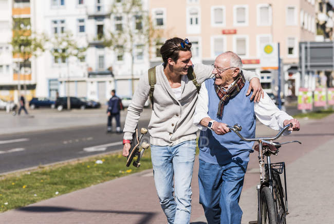 Man with adult grandson in city — Stock Photo