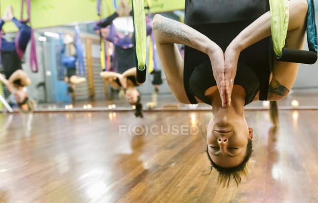 Женщины, имеющие класс воздушной йоги — стоковое фото
