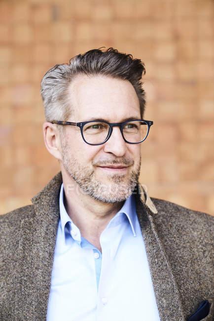 Человек в очках смотрит в сторону — стоковое фото
