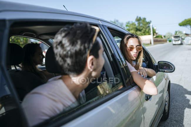 Amis, assis dans la voiture — Photo de stock