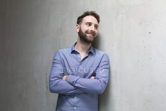 Man leaning against concrete wall — Stock Photo