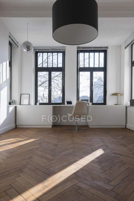 Habitación vacía con silla - foto de stock