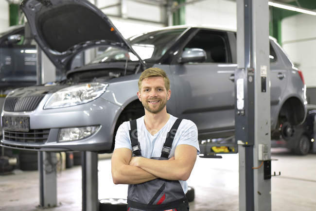 Car mechanic standing in workshop — Stock Photo